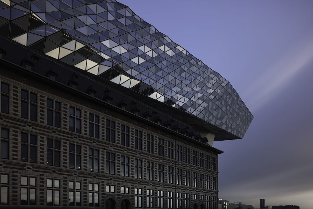 A more conventional approach to the same Porthouse in Antwerp (c) Joel Tjintjelaar